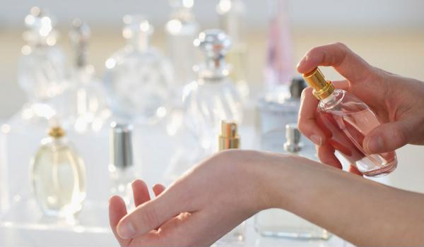 Cách dùng nước hoa đúng chuẩn và sành điệu nhất